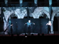 Mία υπέροχη ποιοτική παράσταση μαύρης κωμωδίας «Στο μυαλό του Φραντς Κάφκα» απόλαυσε το κοινό στο Μέγαρο Δουκίσσης Πλακεντίας. Η ασφάλεια και η τήρηση των προτύπων του ΕΟΔΥ υποδειγματική και πάλι