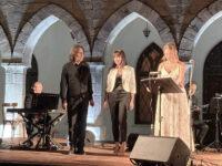 Μία υποβλητική βραδιά ποίησης και μουσικής με τον Βασίλη Λέκκα αφιερωμένη στον Μίκη Θεοδωράκη σηματοδότησε το ξεκίνημα του Φεστιβάλ Πεντελικού